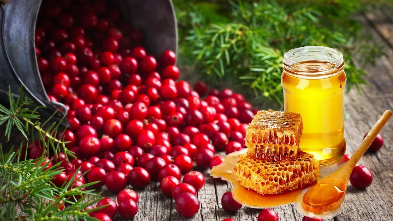 Клюква и мёд полны витаминов, белок обладает эффектом лифтинга