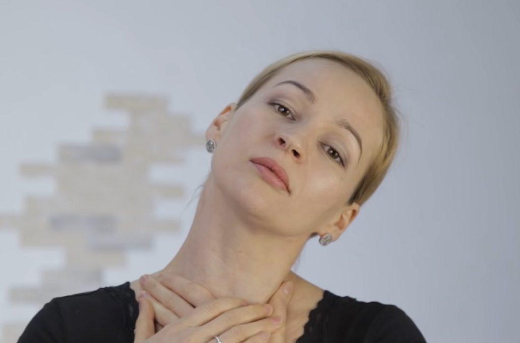 Важная деталь - пальцы нижней руки должны слегка прижимать шею со стороны, обратной наклону