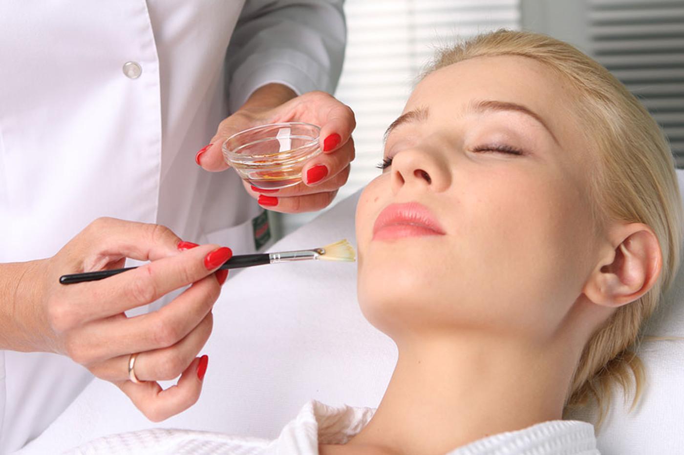 Химический пилинг сглаживает мелкие несовершенства кожи, а крупные делает менее заметными